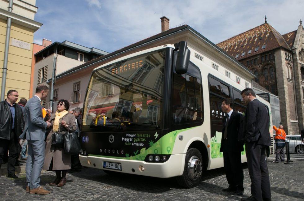 В Венгрии произвели первый в мире пластиковый электроавтобус