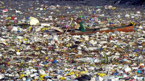 На поверхности мирового океана находится около 270 000 тонн пластиковых отходов