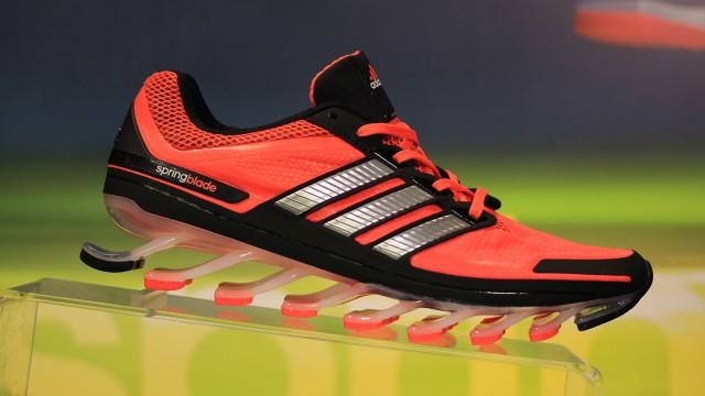 Полимеры помогли сделать новые кроссовки Adidas Springblade очень удобными! Компания потратила на создание данной модели кроссовок чуть более 6 лет. видео
