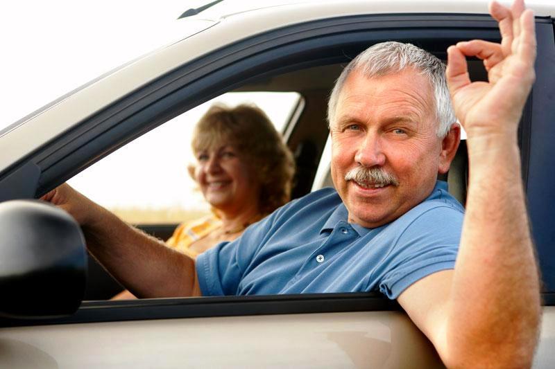водитель в автомобиле с женой