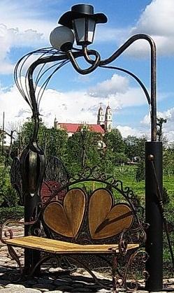 Глубокое в ажуре - кованая скульптура: скамейка для влюбленных