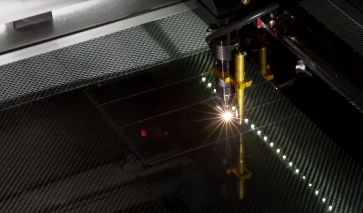 Кошелек из углеродного волокна создают при помощи лазера