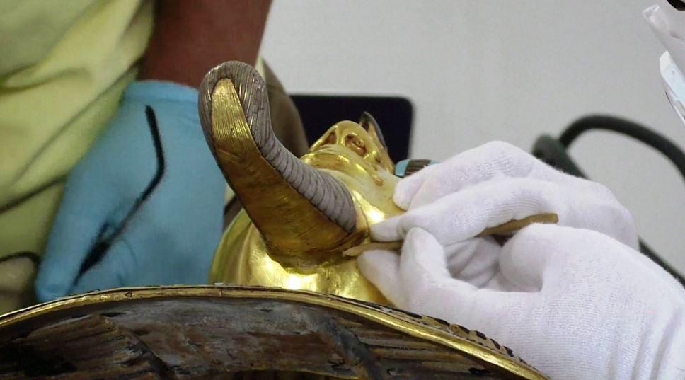 Клей Henkel помог отремонтировать золотую маску Тутанхамона
