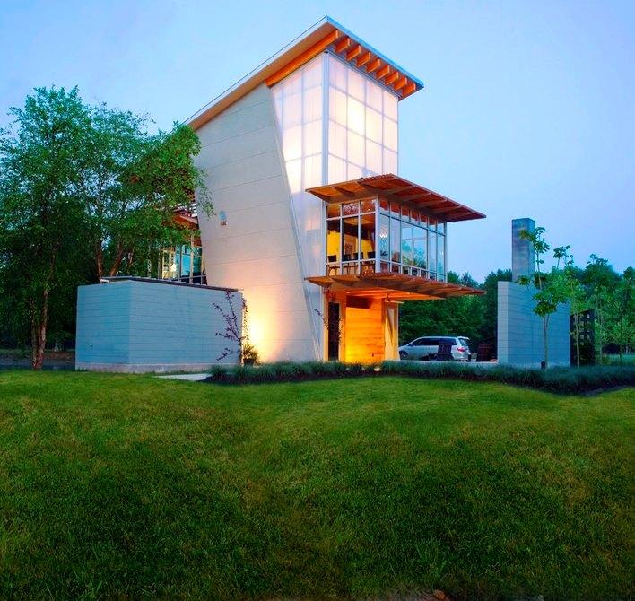 Шикарный дом у воды - подсветка вечером