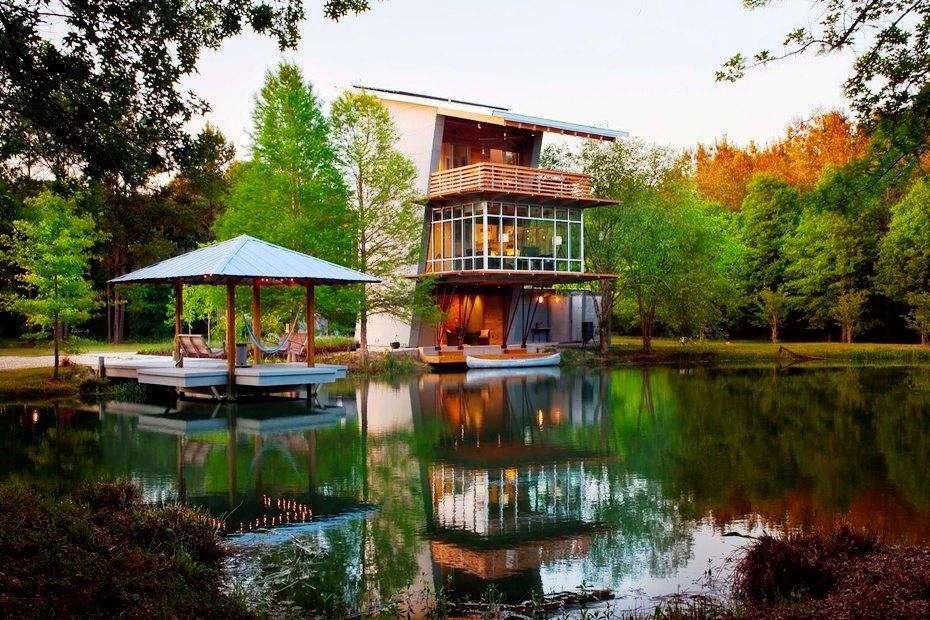 Шикарный дом у воды - дом и беседка