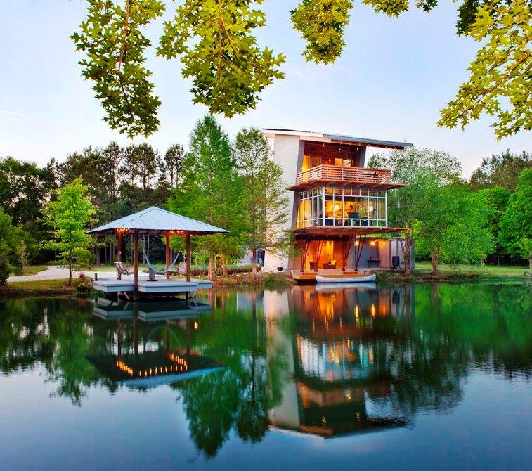 Шикарный дом у воды - пруд