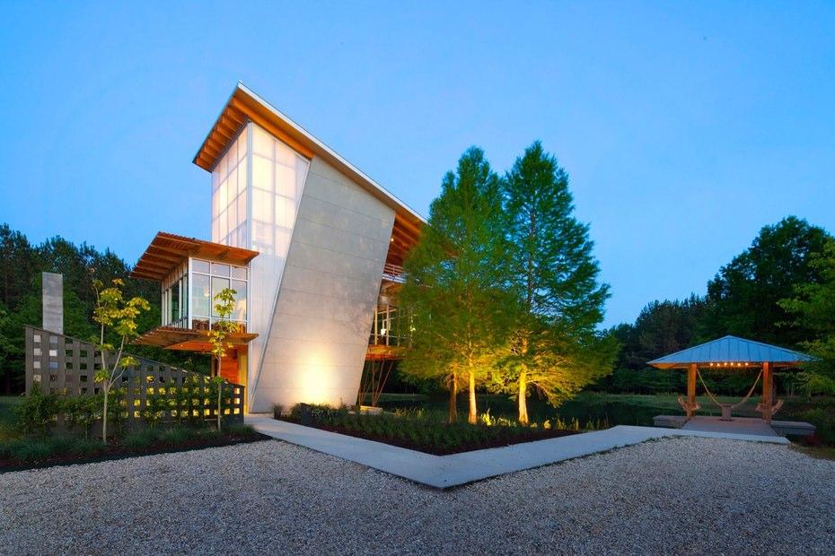 Шикарный дом у воды- - в вечернее время подсветка