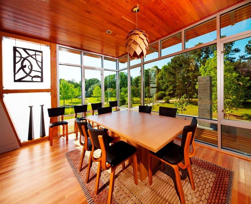 Шикарный дом у воды - столовая с панорамным видом на лес