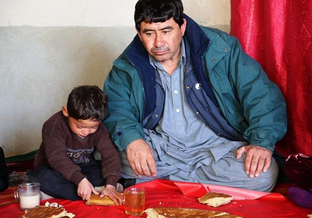 Муртаза Ахмади - мальчик в майке Месси из пакета и его отец