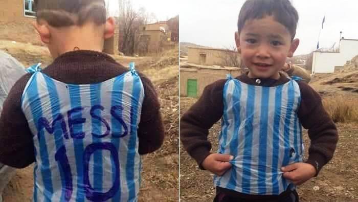 Murtaza Ahmadi malchik v mayke Messi iz paketa 1