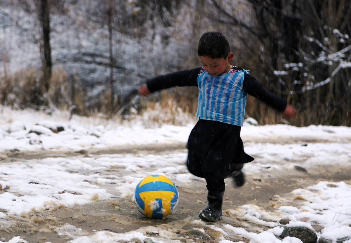 Murtaza Ahmadi malchik v mayke Messi iz paketa foto v Afganistane