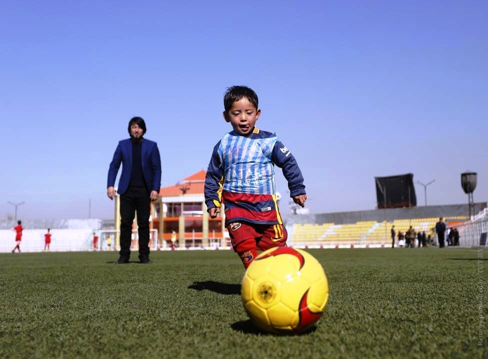 Murtaza Ahmadi malchik v mayke Messi iz paketa v Barcelone