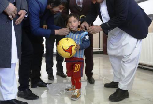 Murtaza Ahmadi malchik v mayke Messi iz paketa v Kabule