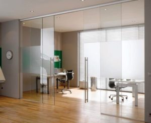 Стеклянные двери уже устоявшийся тренд в области дизайна коммерческих и офисных помещений. Производитель расскажет про виды и конструкцию таких дверей.