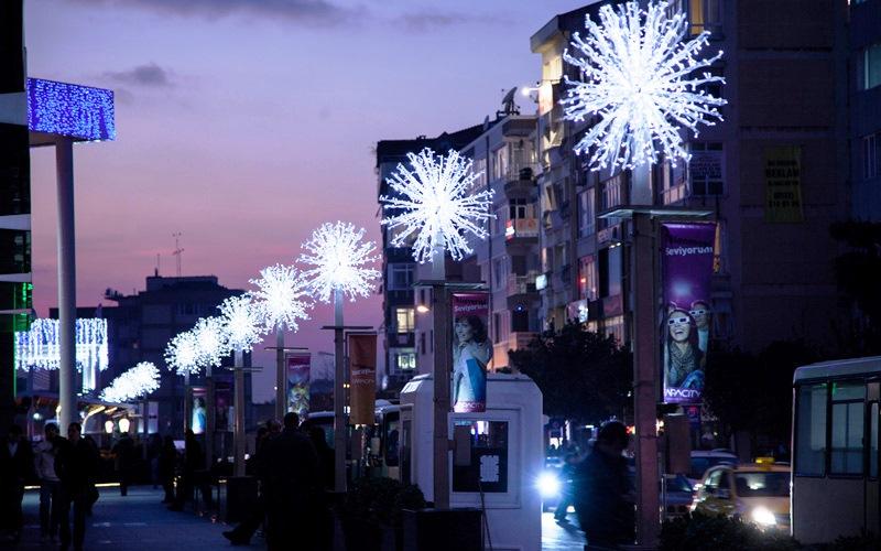 Уличные гирлянды и декоративное освещение улиц - тема этого предновогоднего материала. Особенности и преимущества такого освещения.