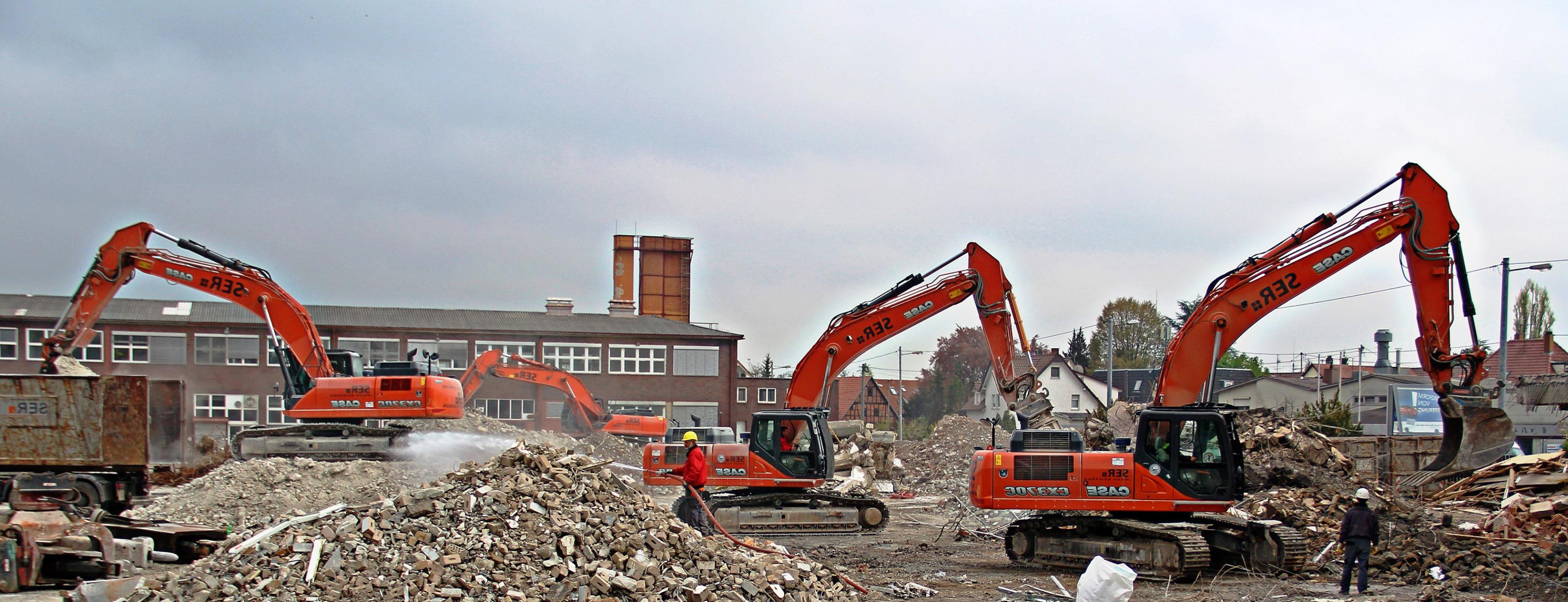Снос зданий и строений - один из востребованных видов строительно-монтажных работ. В чем их специфика и почему такую работу следует доверять профессионалам