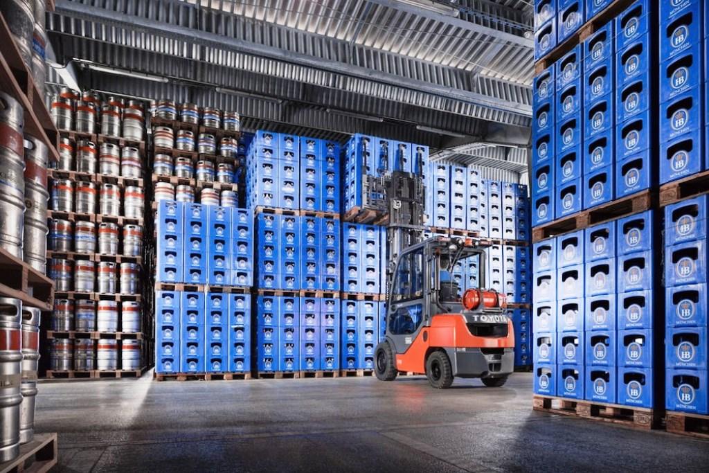 выбор складского оборудования: Наиболее актуально использование техники, предназначенной для погрузочно-разгрузочных работ. Самым распространенным типом такой техники, используемой на складе, является вилочный погрузчик.