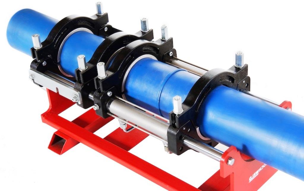 Стыковой — простейший метод, позволяющий соединять рабочие отрезки трубопровода одинакового диаметра. Суть метода заключается в расплавлении и плотном соединении торцов двух труб. Выполнить эту задачу можно при наличии недорогого механического аппарата. Минусом данной методики стала невозможность проведения работ при толщине стенке трубы меньше 4,5 мм. Кроме того, перед началом работы сварщику потребуется провести правильное торцевание объекта, а также точно рассчитать прилагаемое физическое усилие.