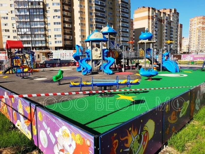 Резиновое покрытие для детских площадок - тема материала в рамках которого расскажем о требованиях, материалах и особенностях их укладки.