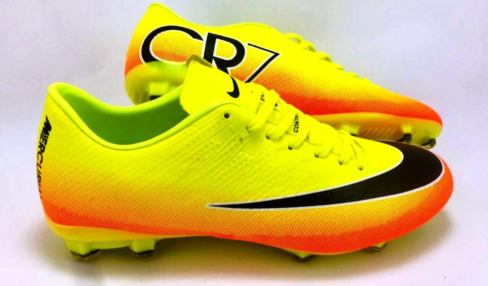 Виды футбольной обуви: бутсы с маркировкой SG (Soft Ground)   Футбольные кеды характеризуются 6-8 шипами, которые предназначаются для игр на мягком грунте, позволяют удобно чувствовать себя при любых погодных условиях. Такие модели выбирают профессиональные футбольные клубы, потому что они гарантируют полную безопасность спортсмену, не подвергают сомнению качество бега и игры