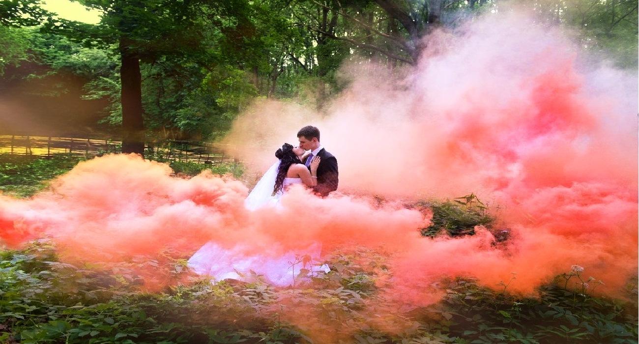 Сегодня мы поведаем вам сразу десять полезных советов о том, как получить красивые и эффектные свадебные фотографии с цветным дымом.