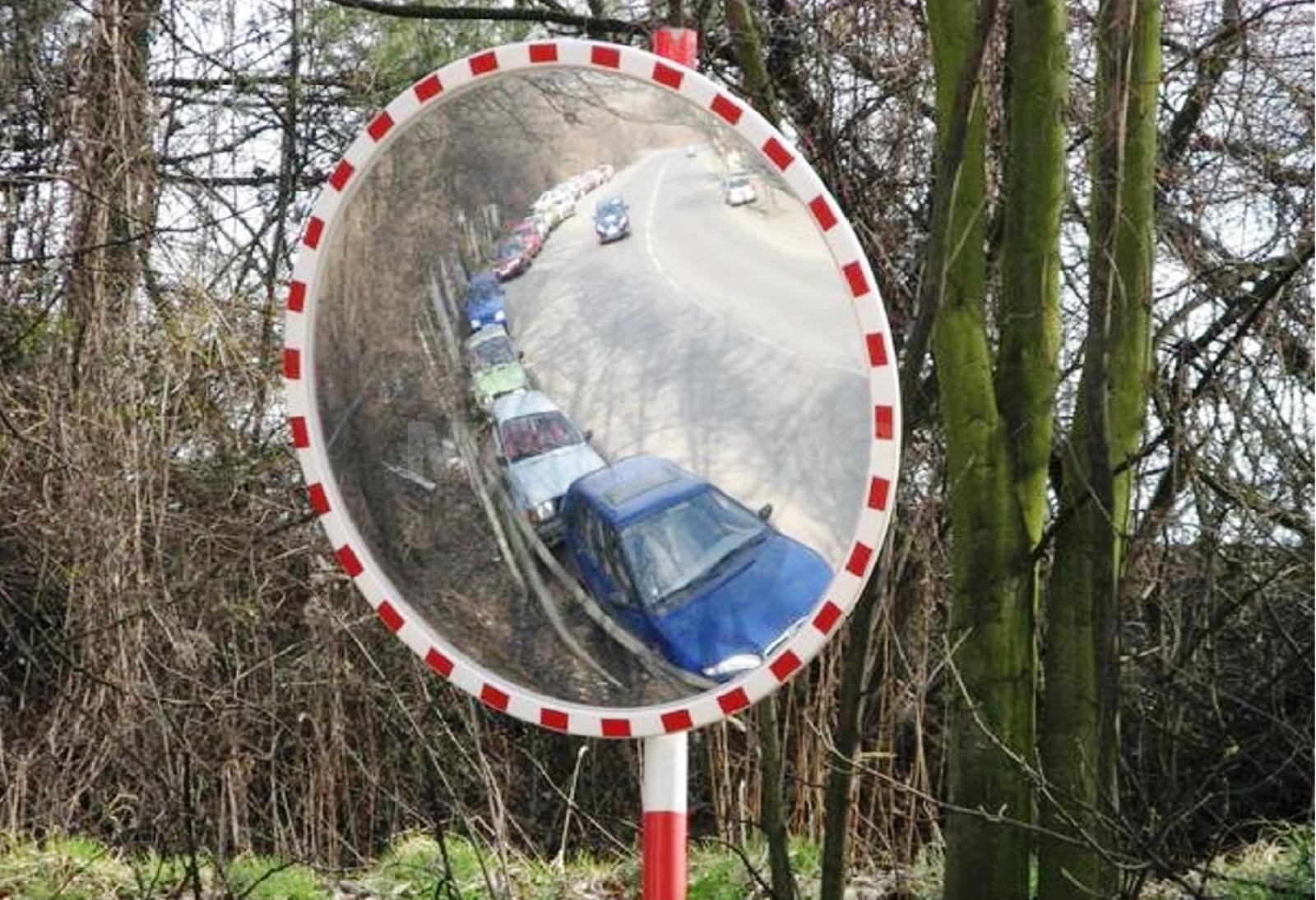 Сферические зеркала, активно используемые как в торговых центрах, так и при обустройстве дорог, тема нашего материала сегодня. В рамках этого сюжеты мы расскажем об основных типах данного вида оснащения, их особенностях и направлениях использования.