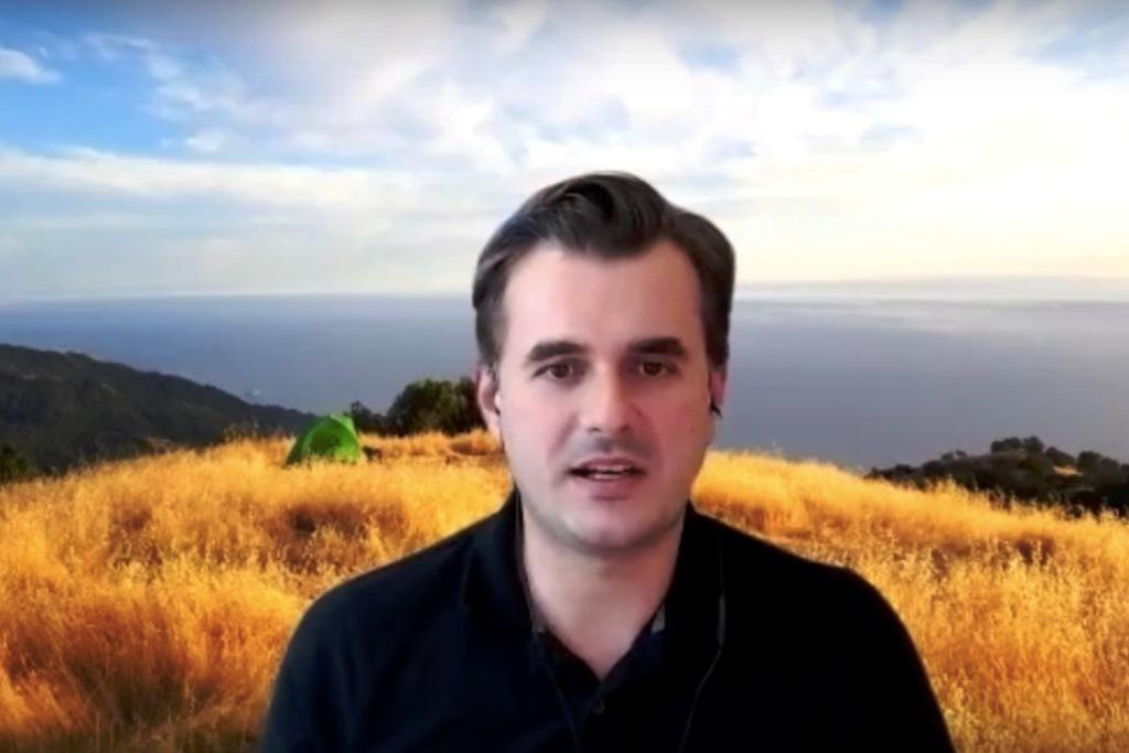 практическое обучение в интернете: во время вынужденного социального дистанцирования сервис онлайн-конференций разрешил профессору химии разговаривать со студентами на фоне безмятежного естественного фона, скрывая загроможденный домашний офис (фото: Майкл Зуэр, UC Berkeley).