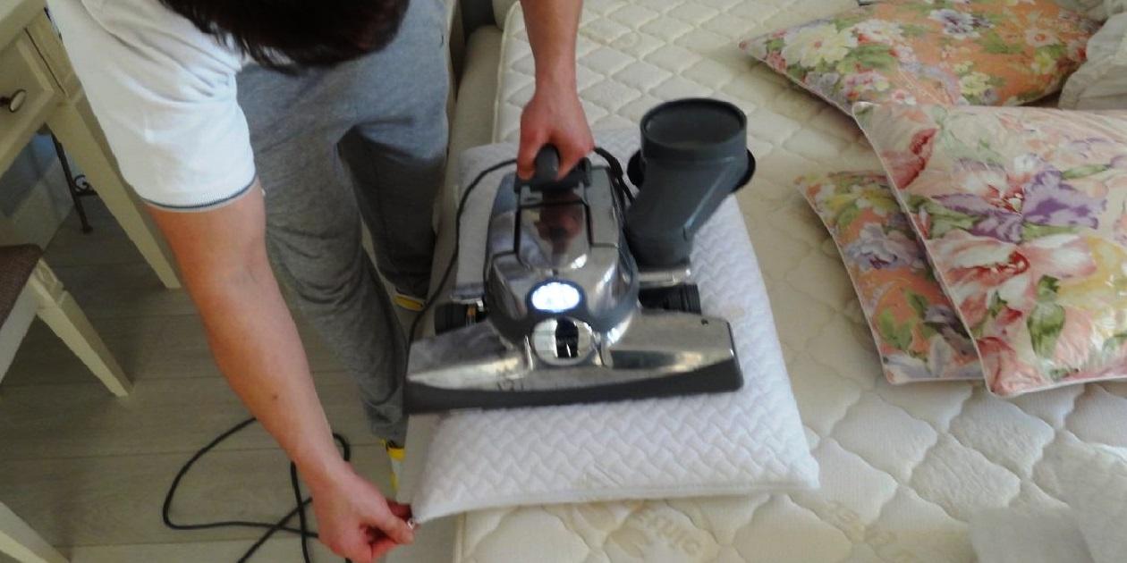 Особенности химчистки подушек сразу в нескольких вариантах мы обсудили с сотрудником одного из специализированных белорусских предприятий и вот, что узнали.