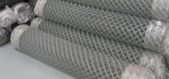Мнение: какой забор лучше – из металлического штакетника или сетки рабицы?