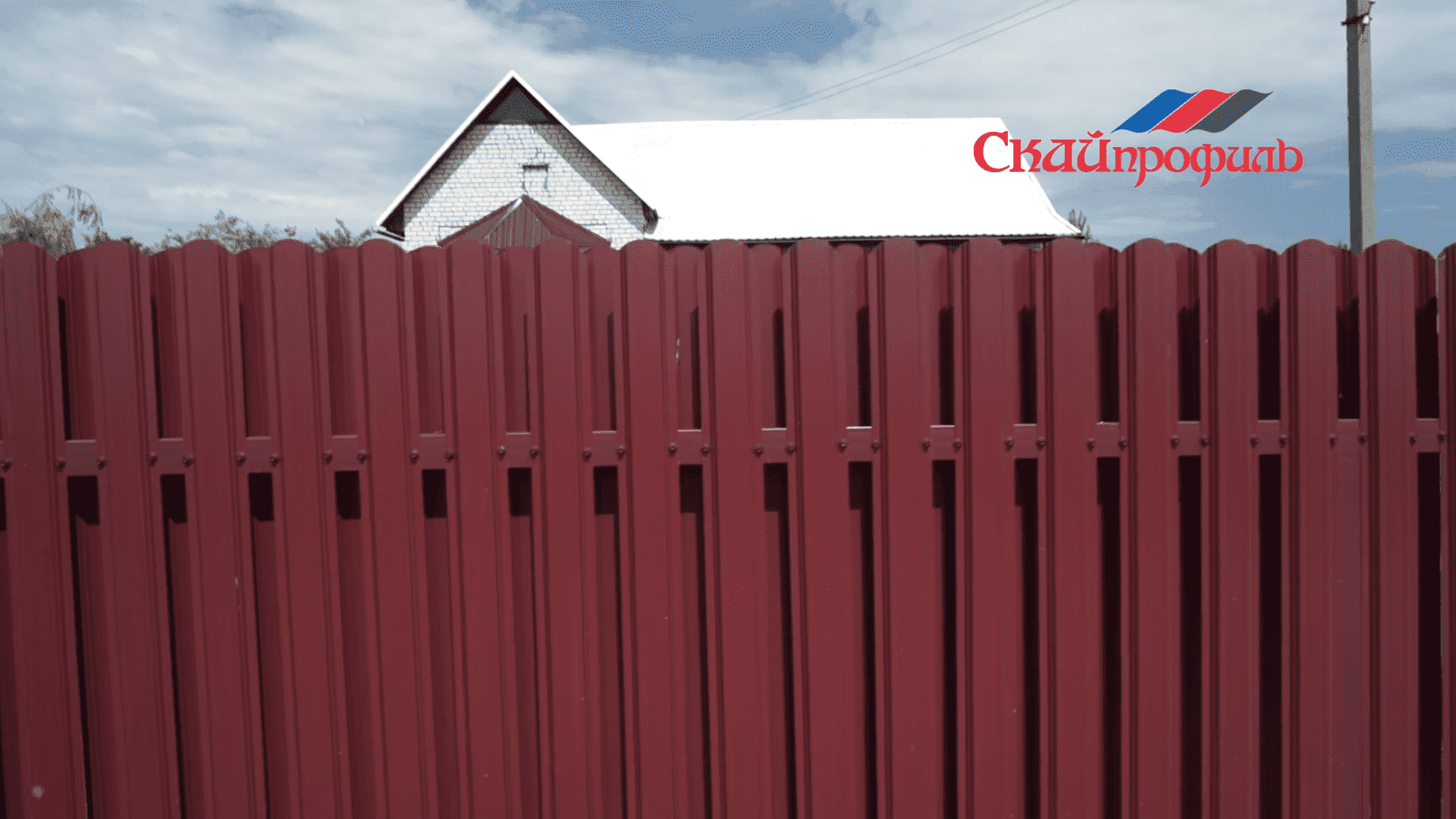 О том,какой забор лучше – из металлического штакетника или из сетки рабицы, мы поговорили с сотрудником одной из профильных компаний и вот, что узнали.